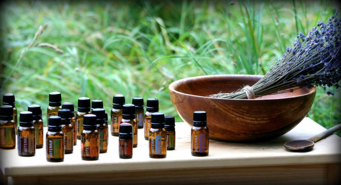 ätherische Öle und Lavendelstrauß FOTO